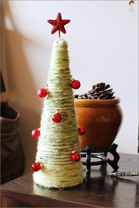 Alternatyvus Kalėdų eglutė iš kankorėžių
