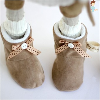 Things to crumbs with their hands - learn to sew booties