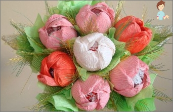 Mastership of pink bouquets of sweets and paper