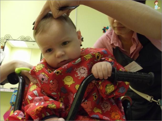 Der erste Haarschnitt des Kindes pro Jahr