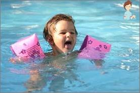 Wie man ein Kind unterrichtet, um zu schwimmen