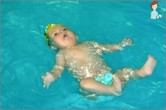 Schwimmen für Babys: Warum ist es notwendig und wie man das Baby lehrt, schwimmen zu lehren