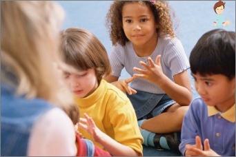 نحن نساعد الطفل على تعلم طاولة الضرب