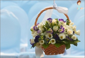 Mastery basket with interior decoration flowers