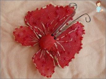 إنتاج الفراشات على الحائط بأيديهم